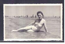 Cartolina Fotografica Rimini 1956 Donna in Spiaggia Mare KK3380