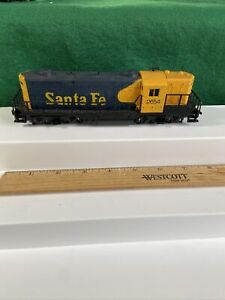 AHM HO Train Santa Fe Powered GP9 Diesel Runs Great (KJT429)