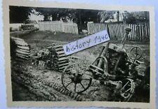 Foto mit zerstörte Landmaschine und Rot Kreuz LKW in Russland.(54)