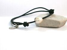 """Pulsera artesanal """"Perla"""" perla natural en color blanco con cordón de piel negro"""