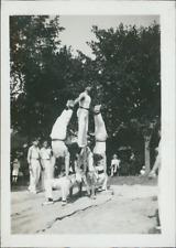 Pyramide d'acrobates  Vintage silver print. Tirage argentique d'époq