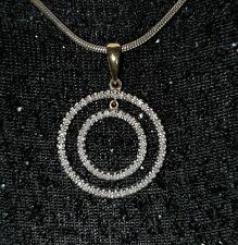 Diamante doble Halo Círculo Colgante de oro 9ct