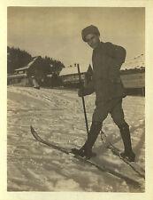 PHOTO ANCIENNE - VINTAGE SNAPSHOT - HOMME SKI SKIEUR CHALET NEIGE - MAN SKIING