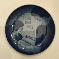 Royal Copenhagen Mother's Day 1982 Collector Plate Mother Reading Porcelain