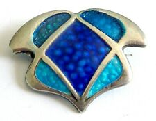 AN ART NOUVEAU UNMARKED SILVER BROOCH WITH DAMAGED ENAMEL