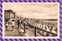 CPA 85 - LES SABLES-D'OLONNE - le remblai et la plage