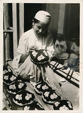 OUZBEKISTAN c. 1930 - Brodeuse à Kokand - Div 12064
