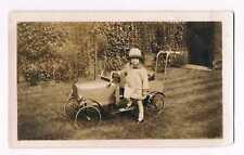 PHOTO ANCIENNE - VOITURE- JOUET- PETITE FILLE ELEGANTE -VINTAGE SNAPSHOT c.1930