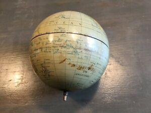 Petit globe terrestre sans socle et cabossé Ancien