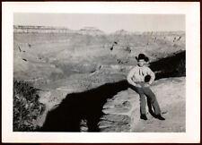 ANONYME, PHOTOGRAPHIE  : COWBOY POSANT AU BORD DU GRAND CANYON VERS 1950