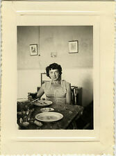 PHOTO ANCIENNE - VINTAGE SNAPSHOT - HOMME REPAS TABLE ALCOOL MANGER - DRINKING