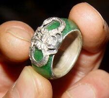 Eine alte Ring, mit Drachen-Statue,  aus Jade & Silber