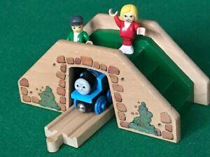QUALITY BRIO FOOTBRIDGE & figures for THOMAS & Friends Wooden Railway TRAIN set