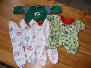 diverse Puppenkleidung und Schlafsack für 40 bis 45 cm große Puppen