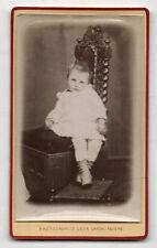 CDV - PHOTO - Enfant Bébé Chaise Bottes - Léon CARON à Amiens - Vers 1900.