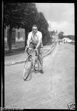 Portrait homme à vélo - ancien négatif photo an. 1940 50