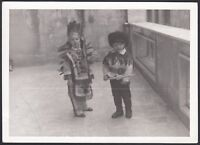 YZ1089 Benevento - Bimbi in costume di carnevale - Foto d'epoca - 1968 photo