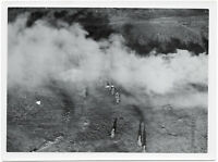 Im Tiefflug über Infanterie. Orig-Pressephoto um 1940