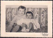 YZ0736 Bimbi sul divano - Fotografia d'epoca - Old photo - Saglimbene - Torino