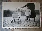 Photographie vintage Bébé en poussette Snapshot vers 1935