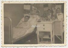 Foto Krankenzimmer-verletzte Soldaten DRK-Schwestern mit Brosche   2.WK  (n283)