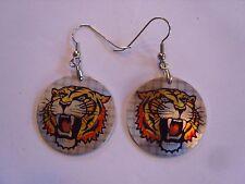 Ohrring kleine runde Form mit brüllendem Tiger weiße Zähne Aluminium 3380