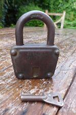 Antico/Vintage Lucchetto con una chiave di lavoro. ponte dell'amore LUCCHETTO.