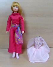 Vintage Palitoy Action poupée fille avec rose catsuit écharpe Chaussures et Robe Années 1970