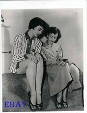 >< Natalie Wood Lana Wood candid Rare Photo
