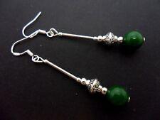 Un par de pendientes largos de perla de jade verde oscuro con 925 Ganchos De Plata Maciza. nuevo