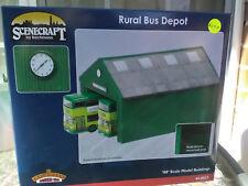 Bachmann Scenecraft 1:76 44-0027 Green Rural Bus Depot FNQHobbys