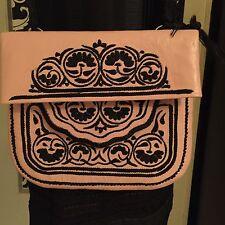 Borsa marocchina in pelle rosa e ricami neri fatti a mano originaria del Marocco
