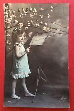 CPA. Petite Fille au Pupitre Musique. Partition. Chant. Oiseaux.