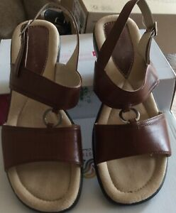 NEW Ladies Hush Puppies Brown / Tan Leather Sandals Sz 7 Small Wedge