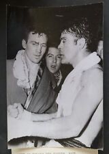 Photo de presse Boxe Victoire de PAUL ROUX contre GERMINAL BALLARIN 1961