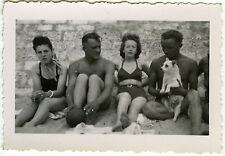 PHOTO ANCIENNE - GROUPE COUPLE GAY AMOUREUX CHIEN PLAGE-FASHION-Vintage Snapshot