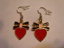 Ohrring mit rotem Herz und schwarz rosa Schleife aus Email 3340