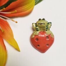 CUTE REALISTIC FROG SITTING ON STRAWBERRY PORCELAIN CERAMIC 4-HOLE GOOFIE BUTTON