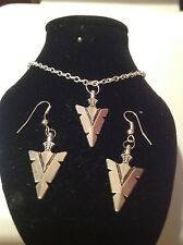 arrow necklace and matching hook earrings silver plated