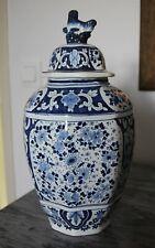 Vase pot couvert en Delft ancien parfait état signature à définir hauteur 33 cms