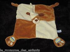 Doudou carré plat chien marron et écru avec son bonnet Gipsy empreintes
