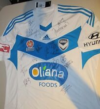 MELBOURNE VICTORY 2014 TEAM SIGNED AWAY JERSEY + PHOTO PROOF & COA