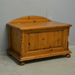 Clean Solid pine blanket lidded box chest ottoman delivery available