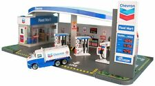 CHEVRON GAS STATION DIORAMA AND FOOD MART WITH CAR 1/64 SCALE BY DARON 187215