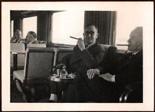 ANONYME, PHOTOGRAPHIE n&b : HOMMES D'AFFAIRE FUMANT UN CIGARE années 50