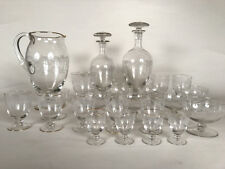 Ensemble de verres et carafes en cristal décors et filets dorés (pied et col)