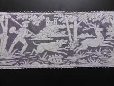 GRANDE INCRUSTATION ANCIENNE en DENTELLE FILET BRODE Décor de CHASSE à COURRE