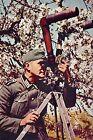 WW2 - Photo - Un soldat allemand observe l'ennemi au binoculaire