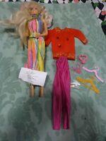 lot barbie 1975 ses accessoires ,vétements ,ceintres etc
