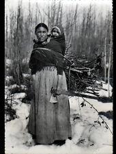 NORD-OUEST CANADIEN (CANADA) INDIENNE DENE en FORET avec BEBE en 1958